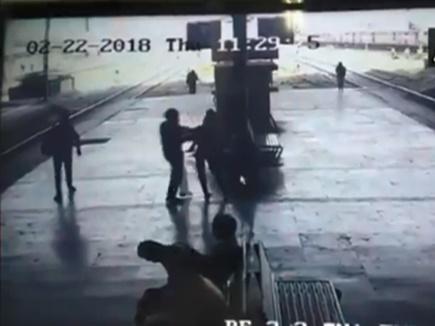 VIDEO: प्लेटफॉर्म पर सिरफिरे ने युवती को जबरदस्ती किया किस, RPF ने पकड़ा