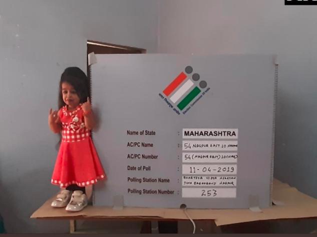 Maharashtra Lok Sabha Poll: दुनिया में सबसे छोटे कद की ज्योति ने Nagpur में डाला वोट, देखें तस्वीरें