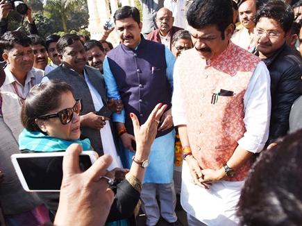 खरी-खरी सुनाती रहीं यशोधरा, हाथ जोड़े खड़े रहे मंत्री राजपूत और वरिष्ठ कांग्रेसी